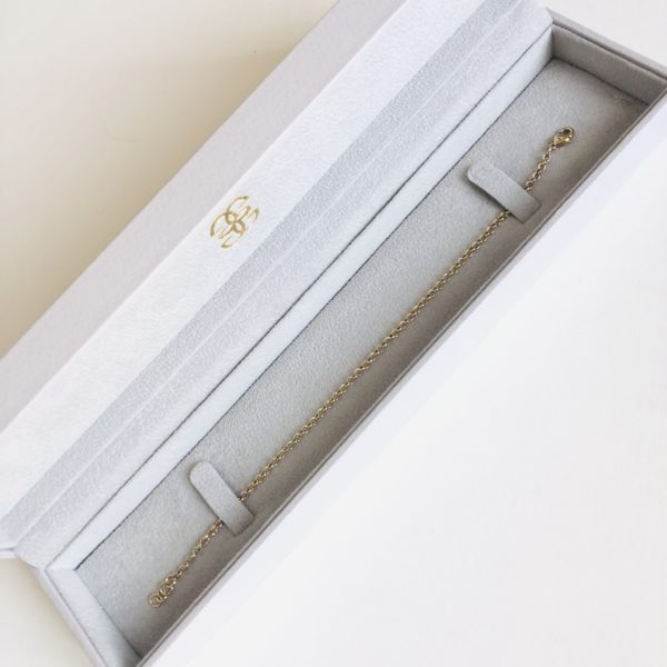 Thin woman bracelet in gold in a box